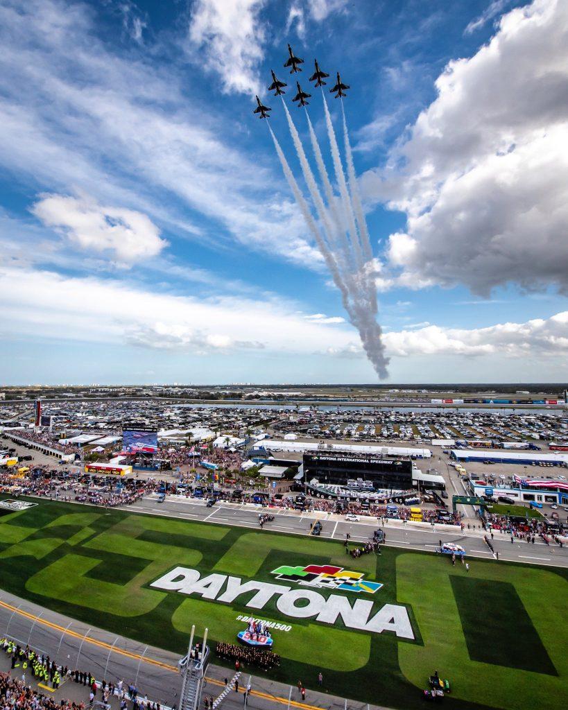 """""""¡Enciendan sus motores!"""", dijo Trump en las 500 Millas de Daytona"""