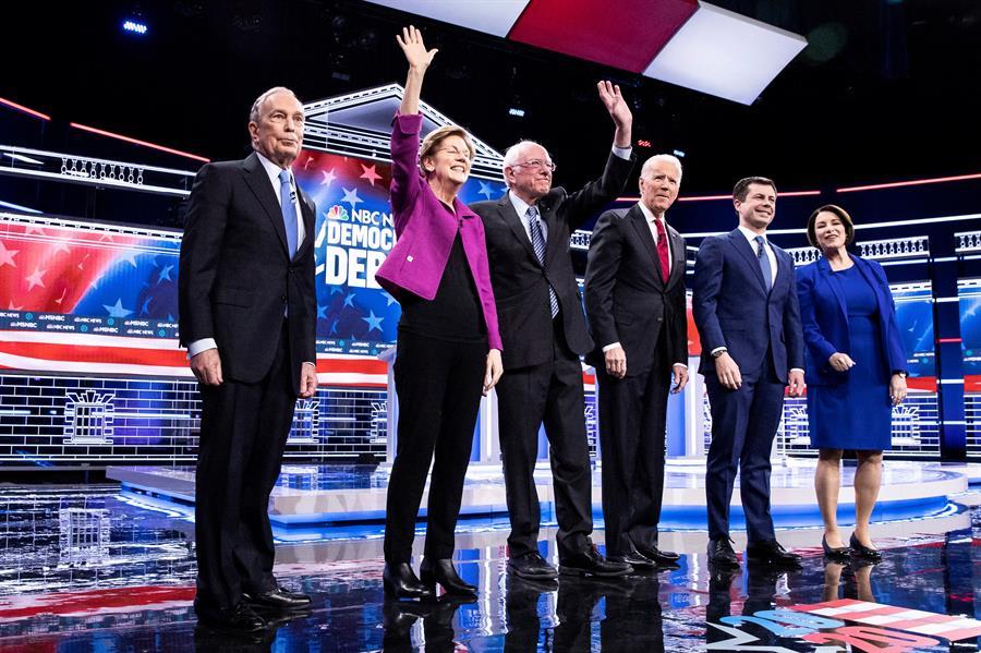 Aspirantes demócratas explotan contra Bloomberg en Las Vegas