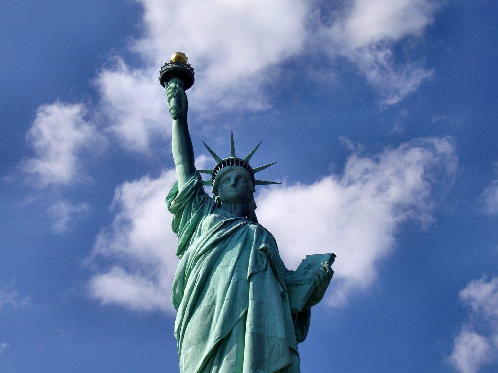 Inmigrantes pobres en riesgo de deportación desde el lunes