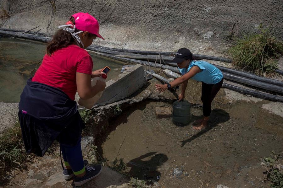 La falta de agua obliga a desafiar la cuarentena en Venezuela