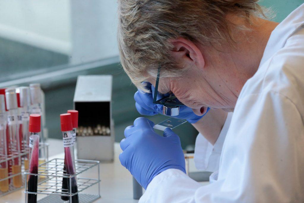 La industria farmacéutica en una carrera contra el coronavirus