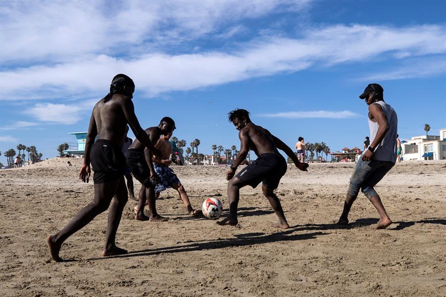Multitudes en playas de California a pesar de cifras de contagio en EEUU