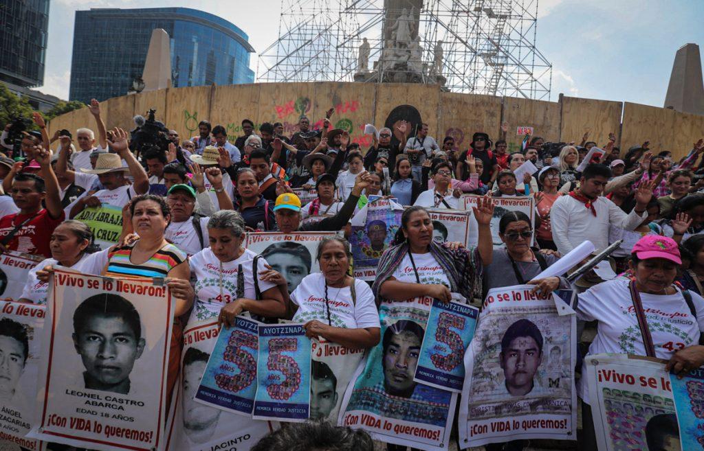 Padres de Ayotzinapa exigen a México no frenar búsqueda de desaparecidos