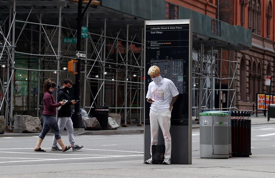 Ciudadanos caminan por Nueva York