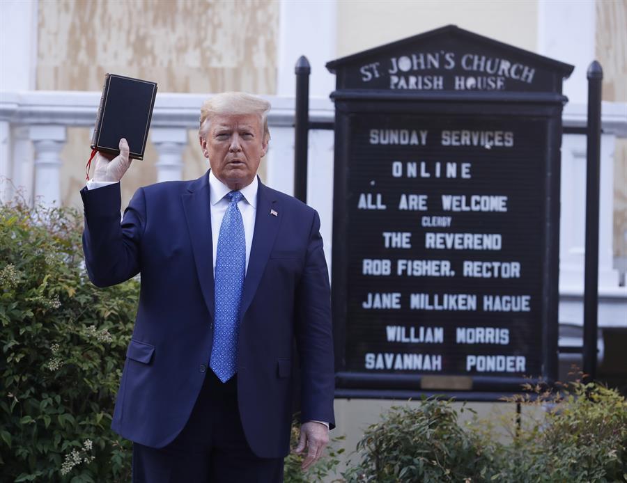 Iglesia critica que Trump posara con una biblia