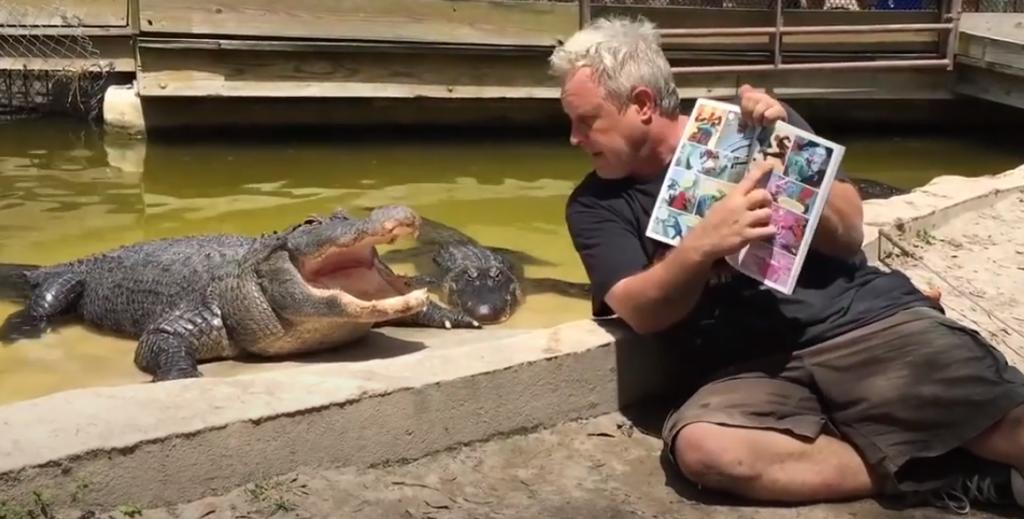 Un hombre le lee y canta a cocodrilos para relajarlos