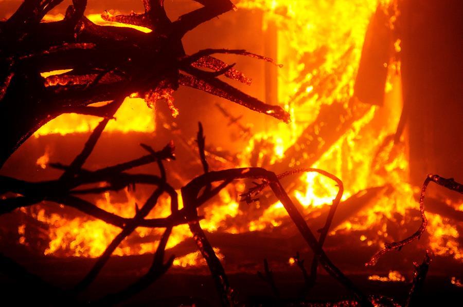 Viviendas arden por los incendios en Vacaville