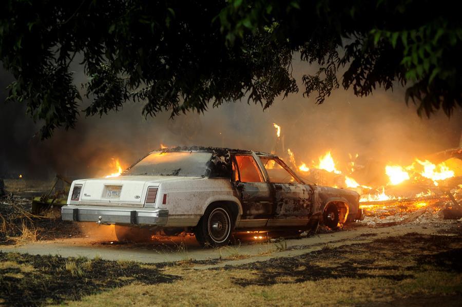 Un vehículo en llamas en Vacaville, California