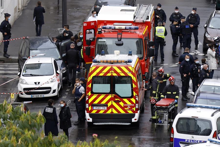 Charlie Hebdo vuelve a ser blanco de terroristas: un hombre hirió a 2 personas con arma blanca