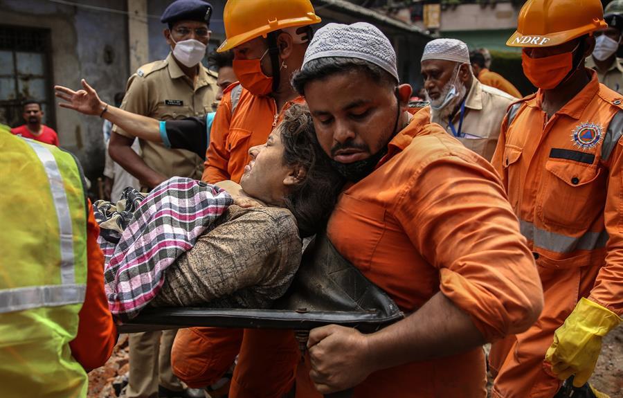Derrumbe de edificio en la India dejó 8 muertos y unos 20 atrapados