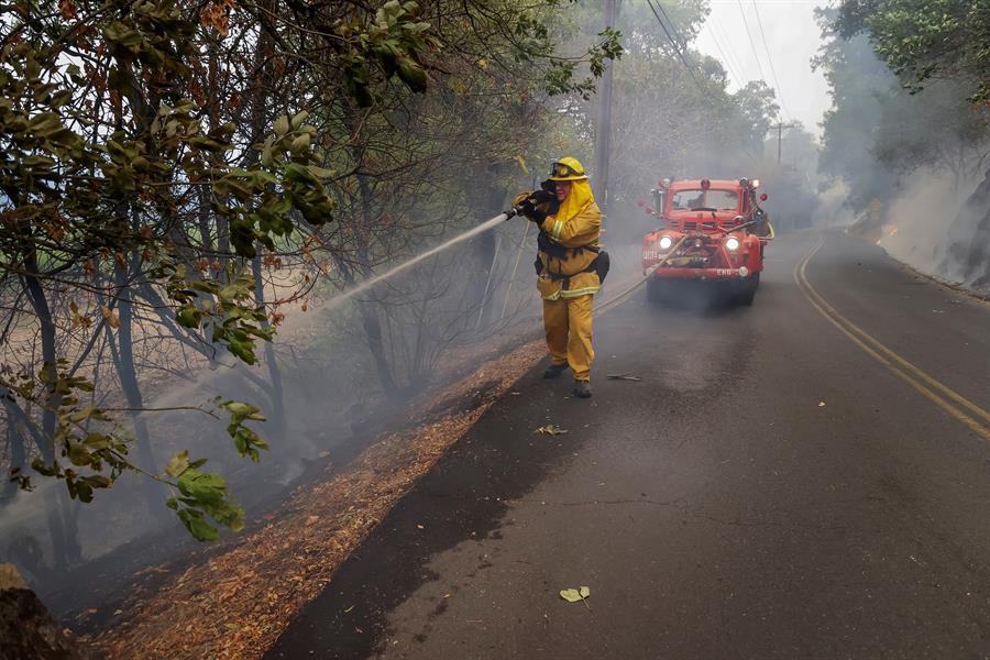 Bomberos luchan contra los incendios en California