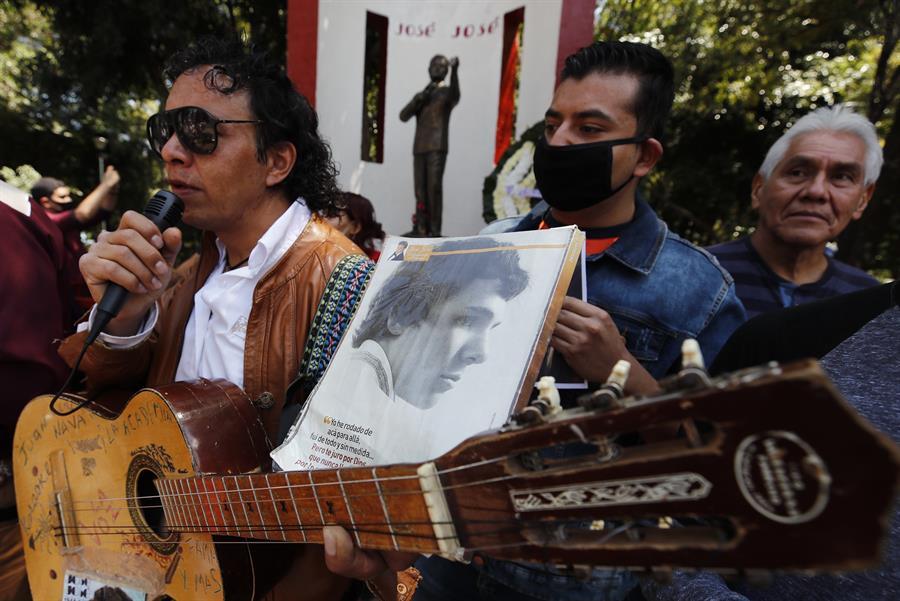 Seguidores mexicanos recuerdan cantando a José José tras un año de su muerte
