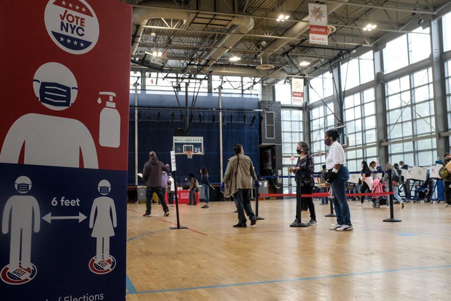 Largas filas en Nueva York durante el primer día de voto anticipado