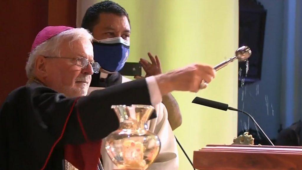 El nuncio, Aldo Giordano, durante el proceso de exhumación de José Gregorio Hernández