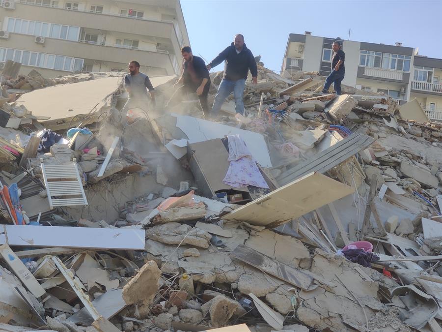 En el barrio de Bayrakli colapsaron al menos 10 edificios