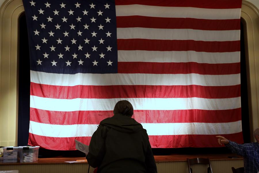 Un votante participa en el proceso en Hillsboro, Virginia