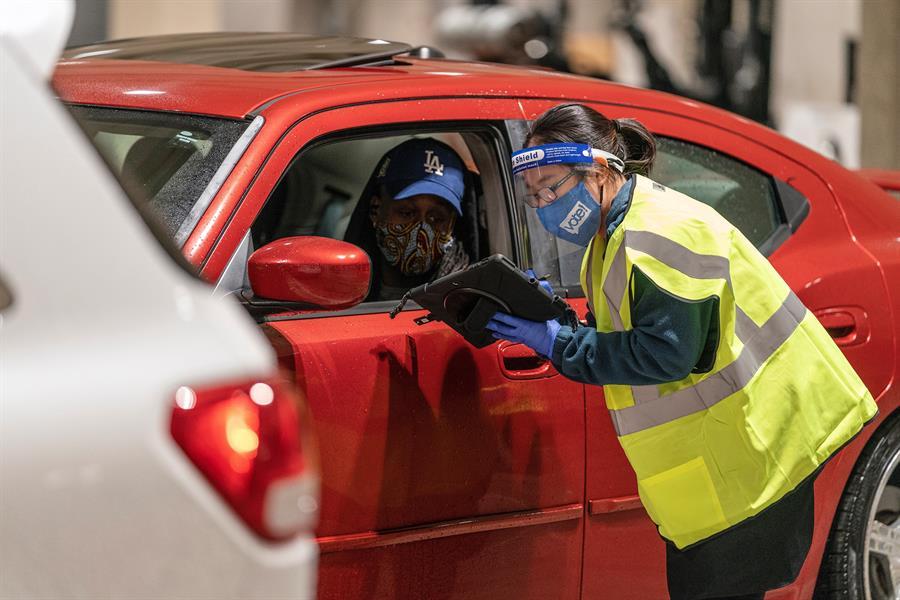 Un elector vota desde su vehículo en Seattle