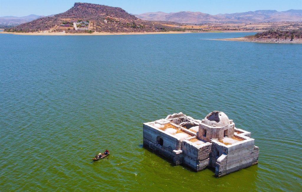 El Templo de la Virgen de los Dolores de México emerge del agua que lo inundó hace más de 40 años