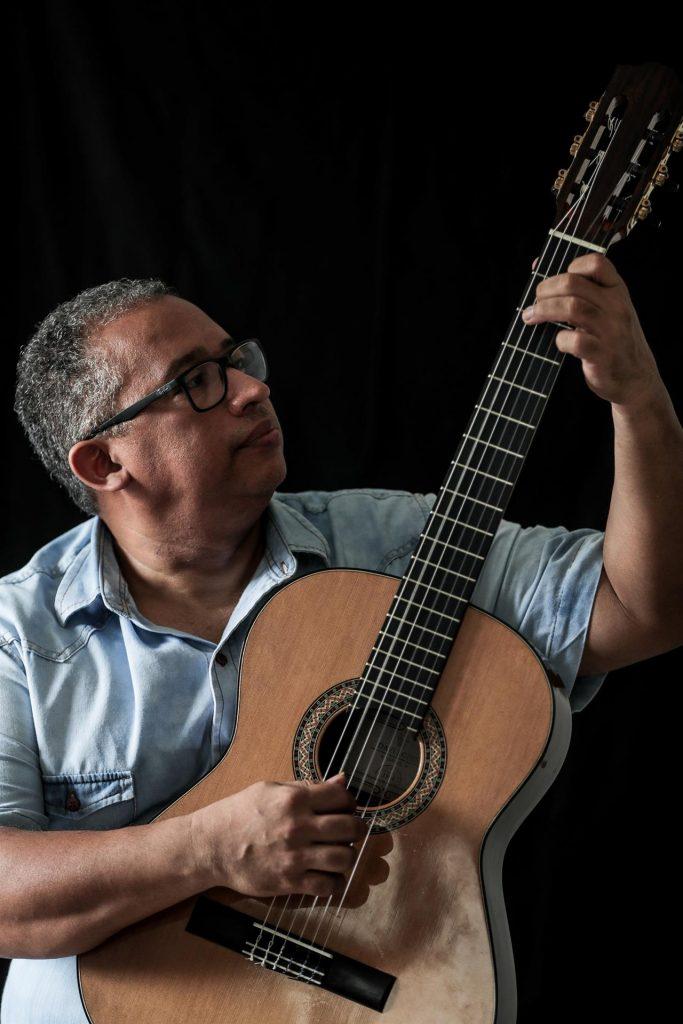 Bombero construye instrumentos musicales con restos de incendios y demoliciones